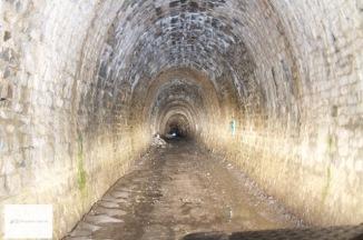 Wie gruselig, wir sind im Tunnel.