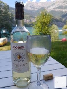 Badetag mit einem Gläschen Wein genießen.