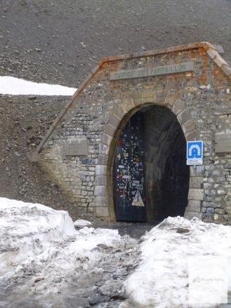 Tunneleingang: gleich gehts in die Dunkelheit.