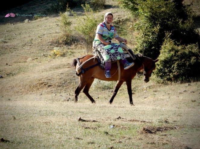 Albanerin auf Pferd